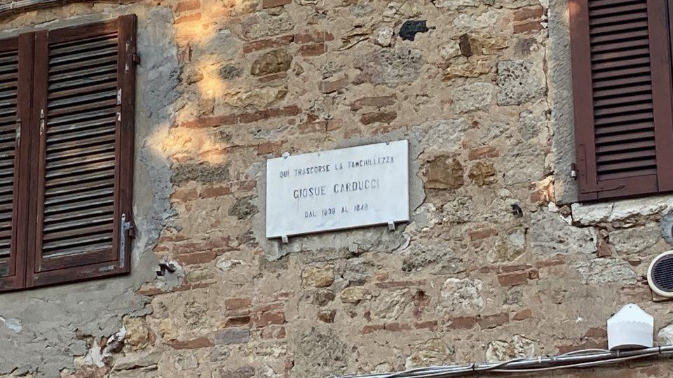 Na domu wBolgheri znajduje się tablica informująca, żewłaśnie wtym domu Carducci spędził dziesięć lat swojego dzieciństwa