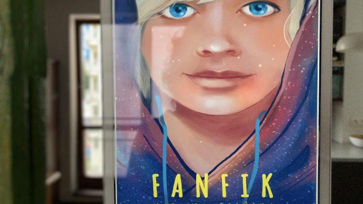 na okładce książki Fanfik Natalii Osińskiej znajduje się postać osoby, której płci nie da się określić