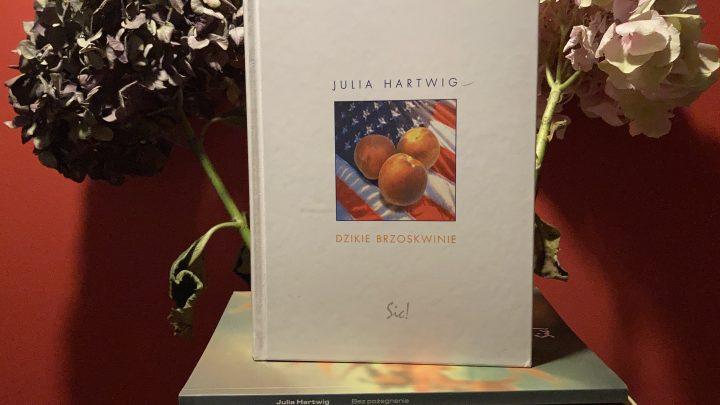 Pierwsze przetłumaczone wiersze Louise Gluck ukazały się w tłumaczeniu Julii Hartwig w antologii zatytułowanej Dzikie brzoskwinie