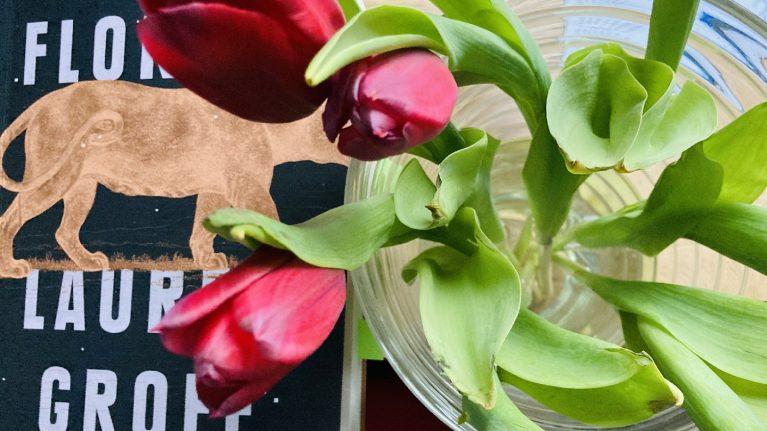Pantera spacerująca i bukiet tulipanów w wazonie