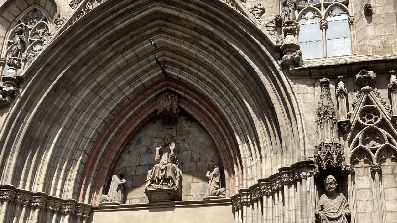 rzeźba nad wejściem głównym do kościoła santa maria del mar w barcelonie