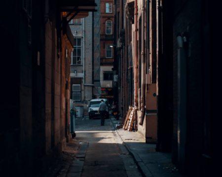 uliczka między zaniedbanymi kamienicami