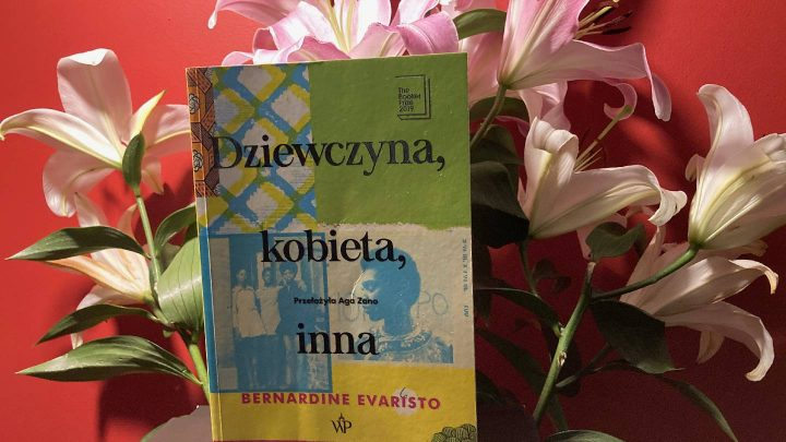 okładka książki na tle lilii w wazonie